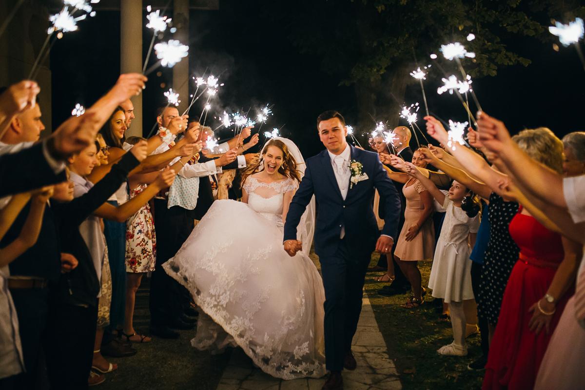 svadobné fotenie s prskavkami a emócie nevesty a ženícha svadobná reportáž
