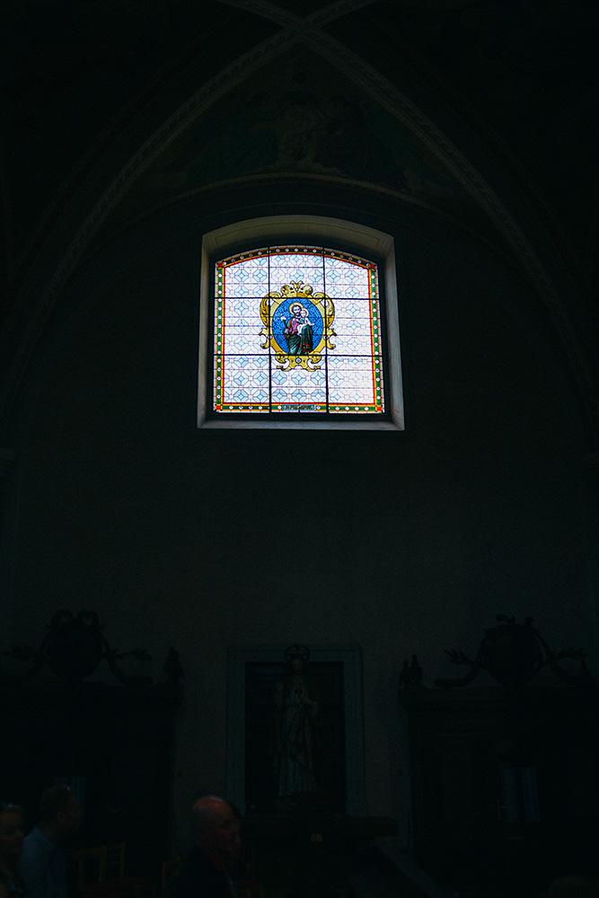 vitrážové okno v kostole mozaika