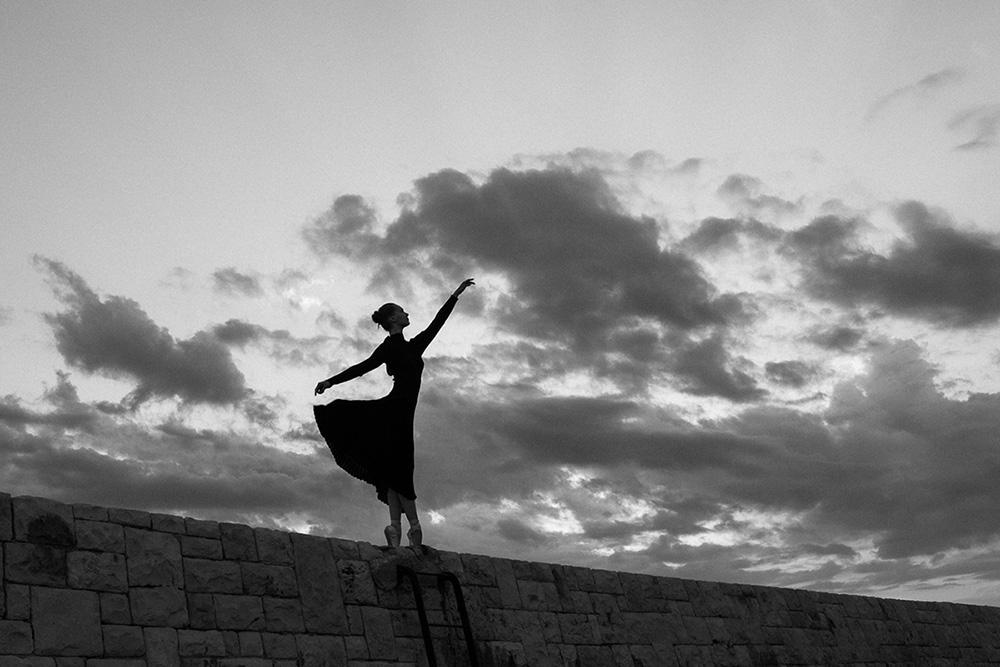 Putovanie za dušou tanečnice. Grétka tanečnica tancuje pri vychádzajúcom slnku na pobreží Talianska v Bari. Grétka si dancing in sunrise in Bari, Italia. Martin Almáši Photographer