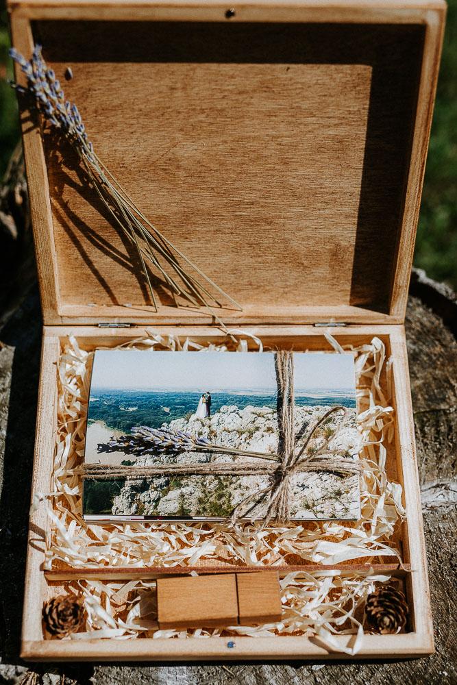 drevená krabička na svadobné fotografie a USB